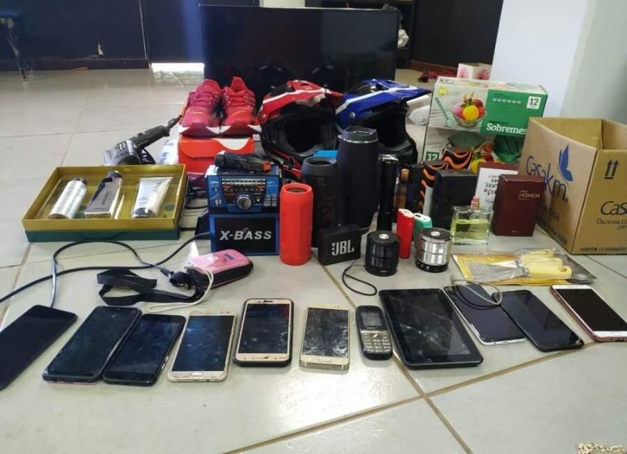 Celulares e outros objetos recuperados pela polícia. (Foto: Ivi Notícias)
