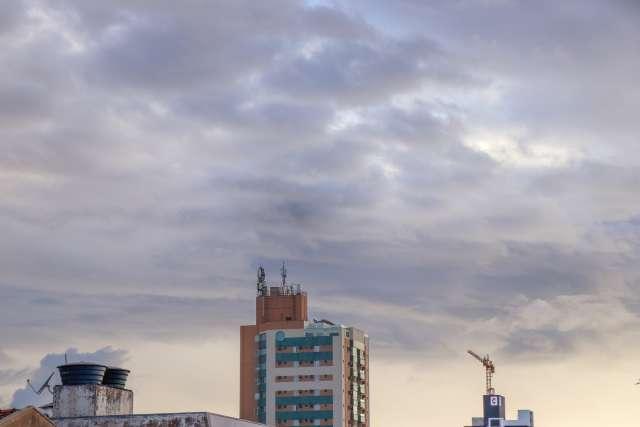 Segunda amanhece com céu parcialmente nublado e Inmet prevê chuva para a Capital