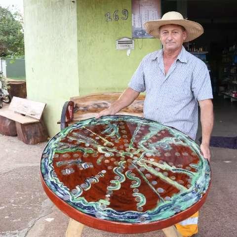 """Gaúcho faz mesa de moedas e acredita que vale """"R$ 2 milhões"""""""
