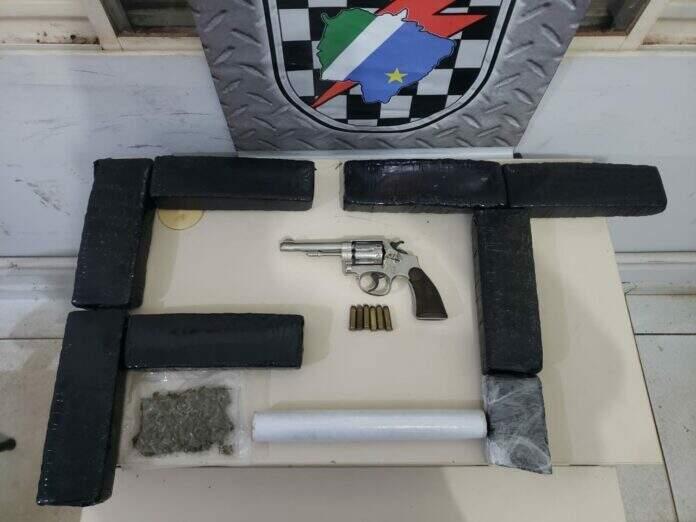 Revólver utilizado pela vítima enquanto era levado para a UPA (Foto: Reprodução/Enfoque MS)