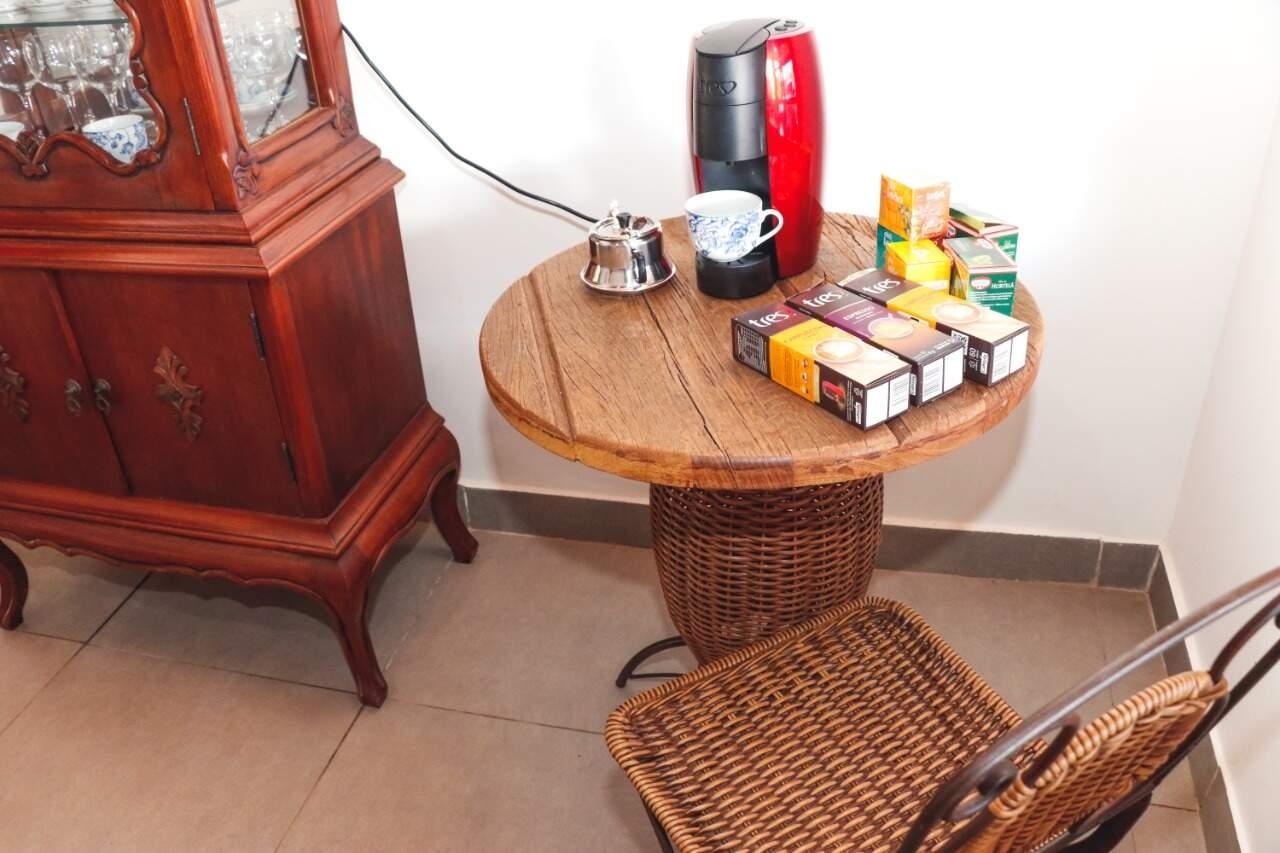 Cristaleira e mesa para tomar um cafezinho (Foto: Henrique Kawaminami)