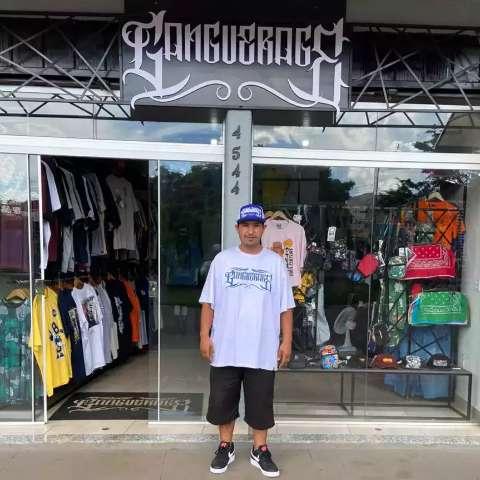 """Rodrigo transformou loja de roupa no Camelódromo em marca """"estourada"""""""