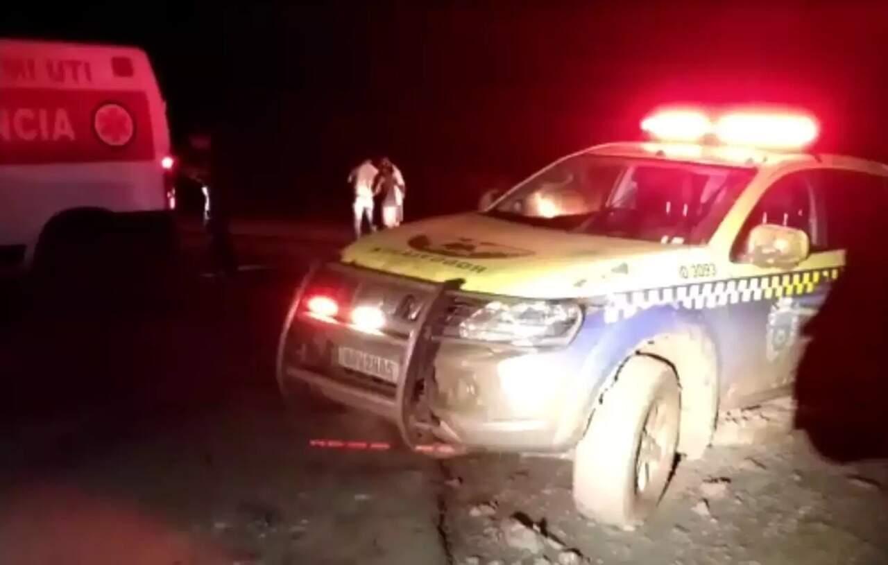 Viatura da polícia rodoviária estadual no lugar onde ambulância foi achada, depois de 23 horas.