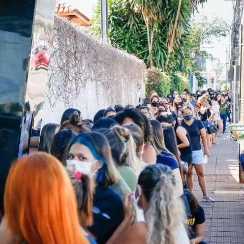 Promoção leva multidão para porta de loja em fila que começou na madrugada