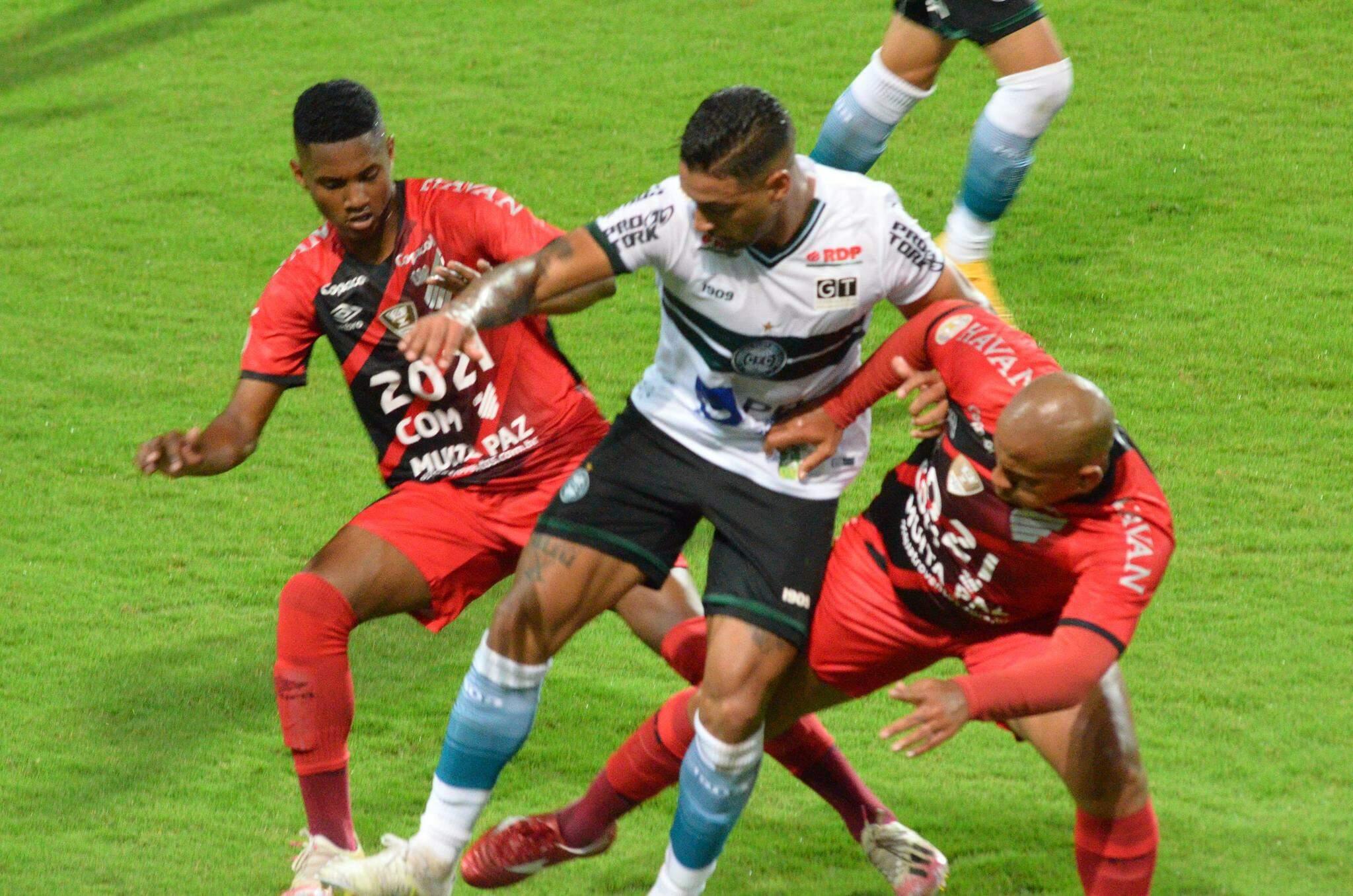 Lance durante partida entre Coritiba e Athletico PR, válido pelo Campeonato Brasileiro Série A, realizado na cidade de Curitiba, PR, neste sábado, 09. (Foto: Estadão Conteúdo)