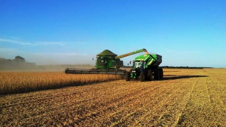 Maquinário faz a colheita da soja em MS (Foto: Divulgação)
