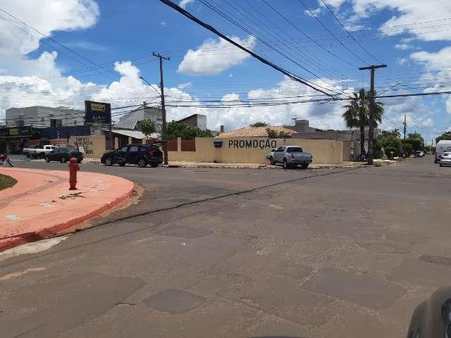 Motorista atravessa cruzamento sem sinalização, atinge carro e vai parar em muro