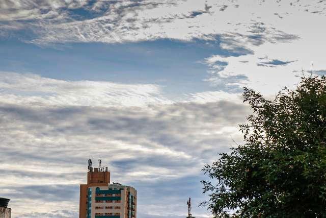 Com alerta de chuvas intensas, terça-feira terá calor de até 36°C