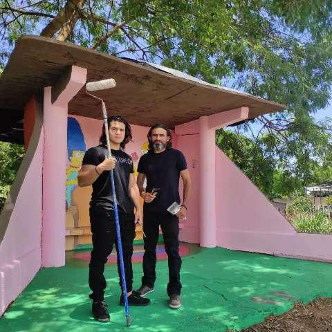 Pai e filho transformam ponto de ônibus abandonado com pintura