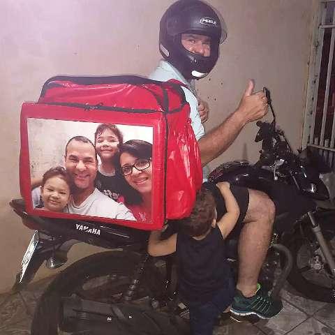 "Na ""garupa"" da moto, foto da família é amuleto contra perigos no asfalto"