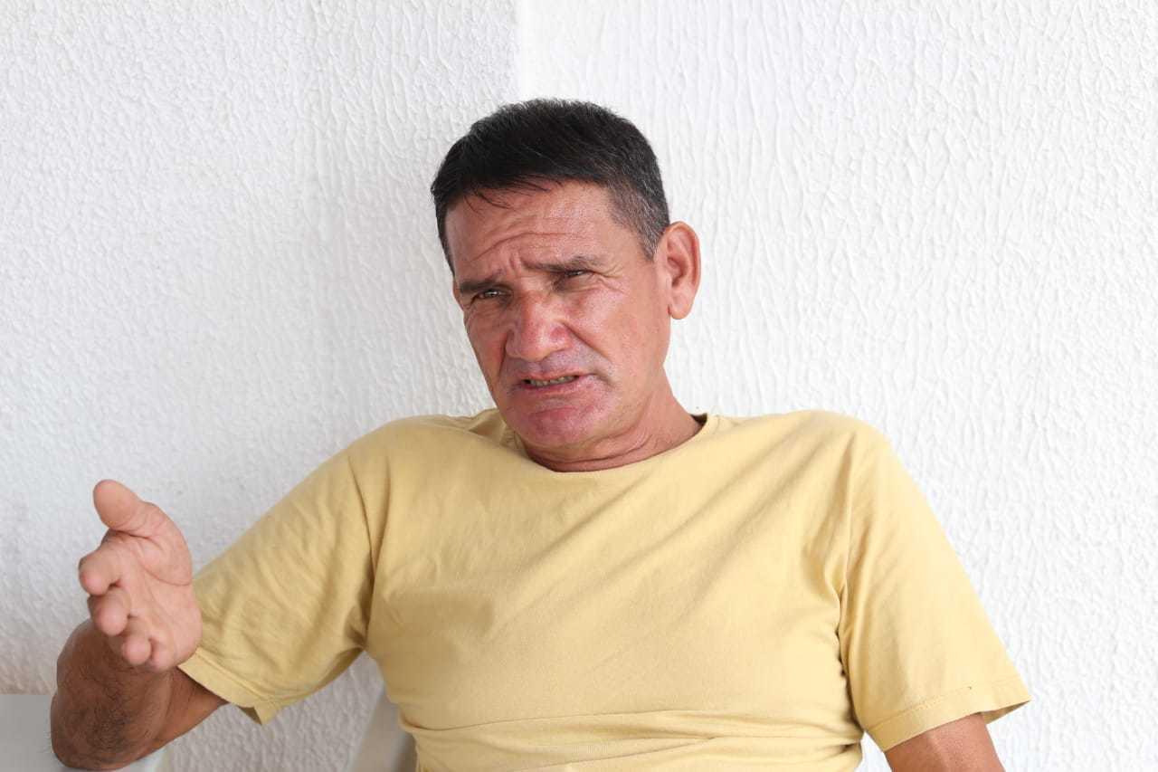 Edgar Cespe, de 64 anos, conta que busca promoções para tentar manter compras. (Foto: Paulo Francis)