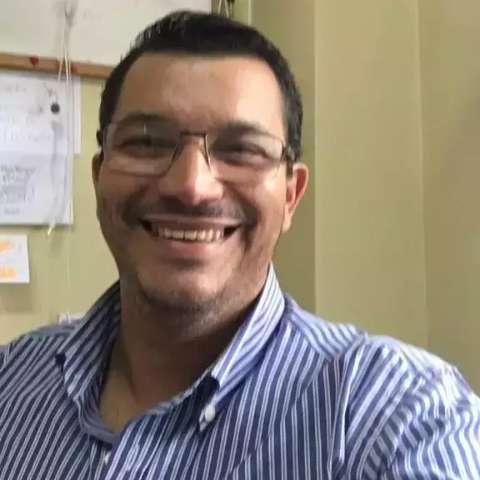 Professor pede celulares usados para alunos estudarem