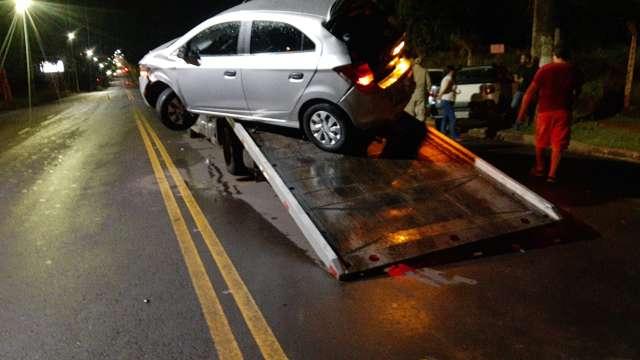 Condutor bate em guincho, quase derruba carro e vai parar em cerca na Tamandaré