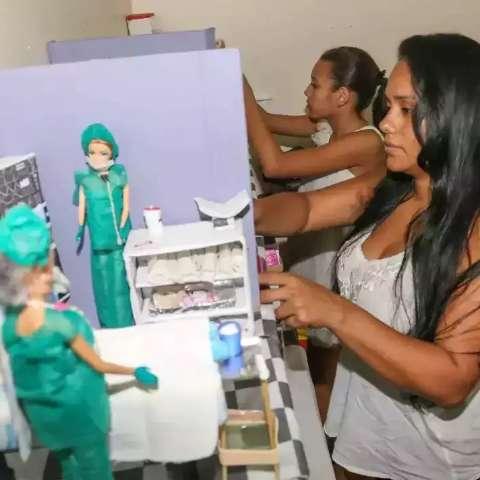"""Mãe constrói há 7 anos """"mundo da Barbie"""" a custo zero para a filha"""
