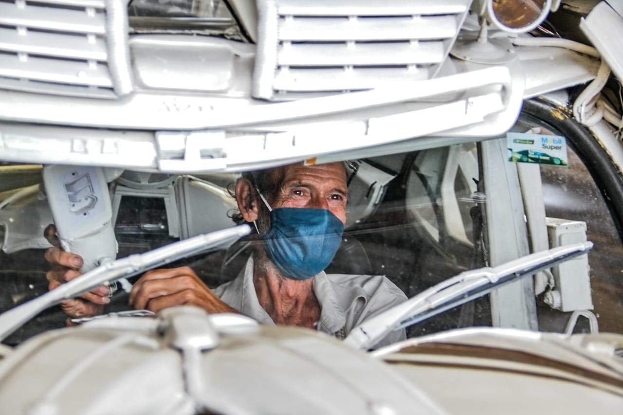 Celso conferindo se está tudo certo dentro do carro (Foto: Silas Lima)