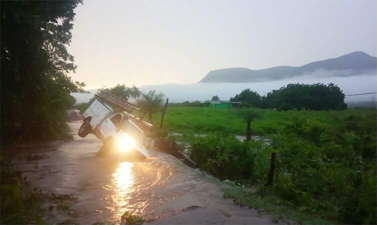Veículo da Energisa quase tombou em Corumbá (Foto: Diário Corumbaense)