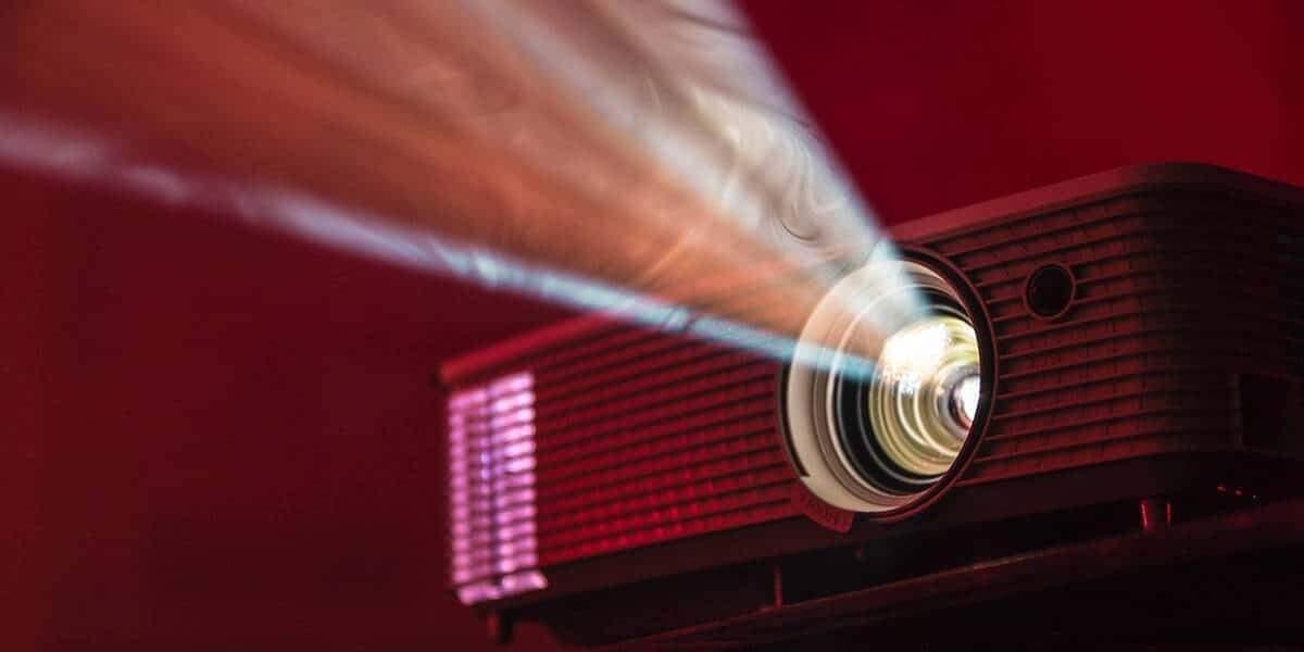 Projetores podem ser a saída para curtir cineminha em casa (Foto: Reprodução)