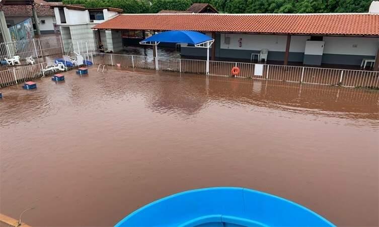Piscina da Camala ficou encoberta pela água. (Foto: Diário Corumbaense)