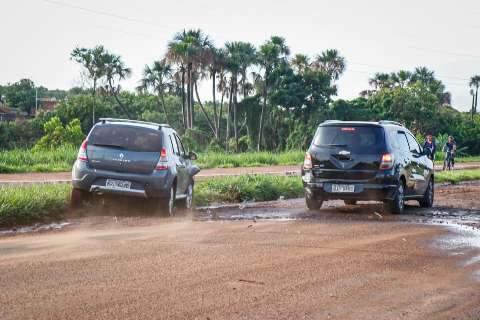Carros batem ao passar por cascalho arrastado por enxurrada