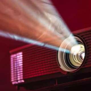 Sem coragem de ir ao cinema, quanto custa ter projetor em casa?
