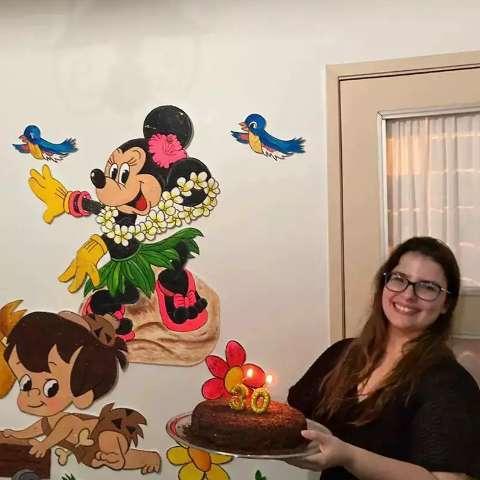 Mãe guarda decorações das festas da filha e faz surpresa nos 30 anos
