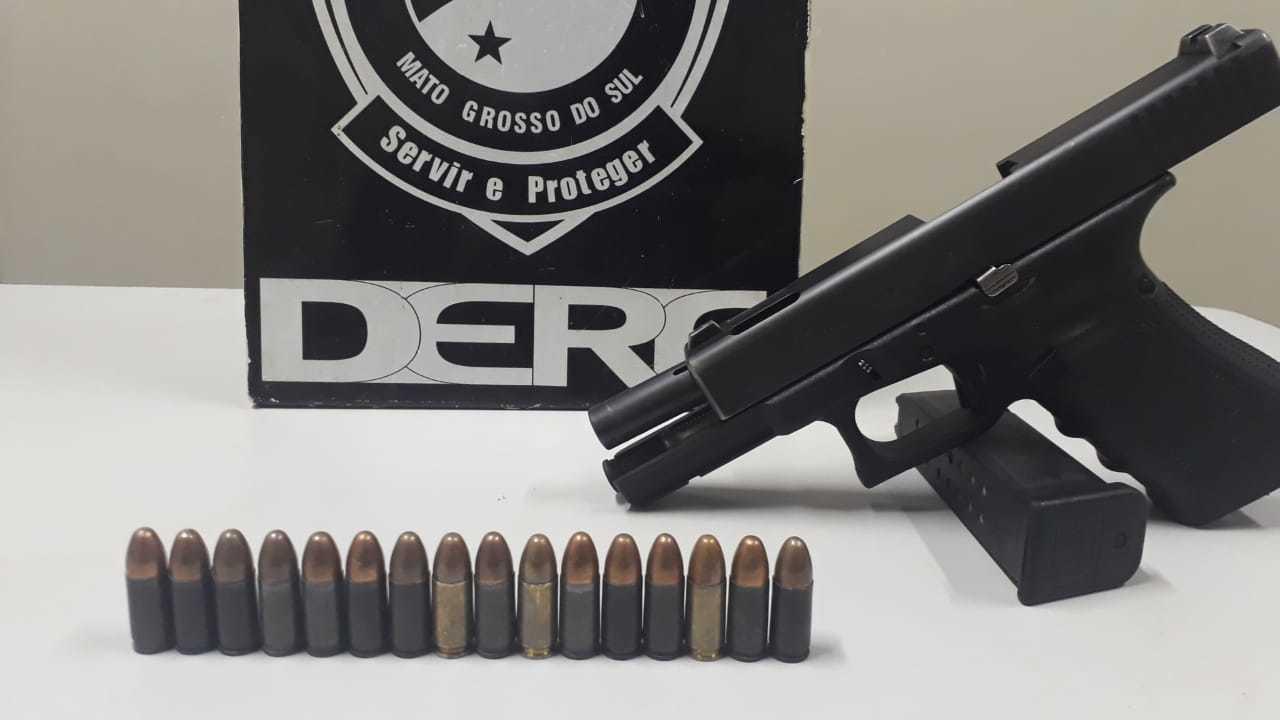 Pistola encontrada com suspeitos de furtos. (Foto: Divulgação/Polícia Civil)