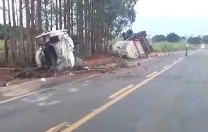 Caminhões tombaram às margens da rodovia. (Foto: Direto das Ruas)