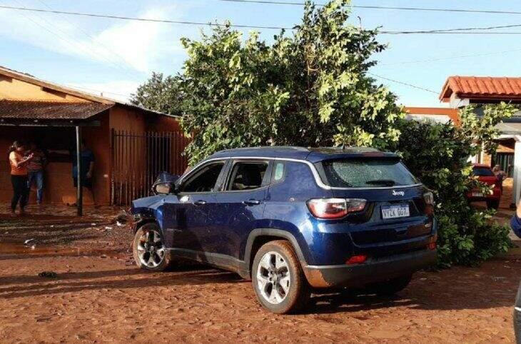 Jeep Compass bateu em árvore após policial ser baleado por pistoleiros (Foto: Rádio Ñanduti)