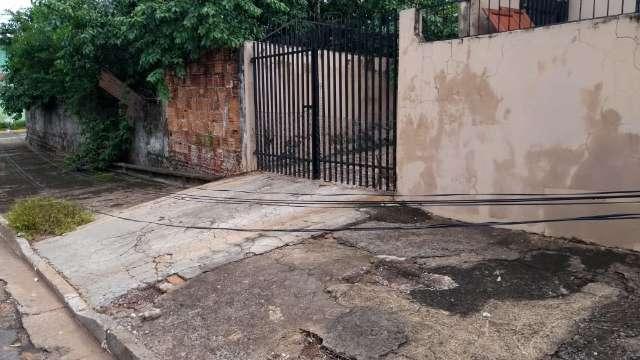 Chuva intensa derruba fiação sobre calçada na Vila Marcos Roberto