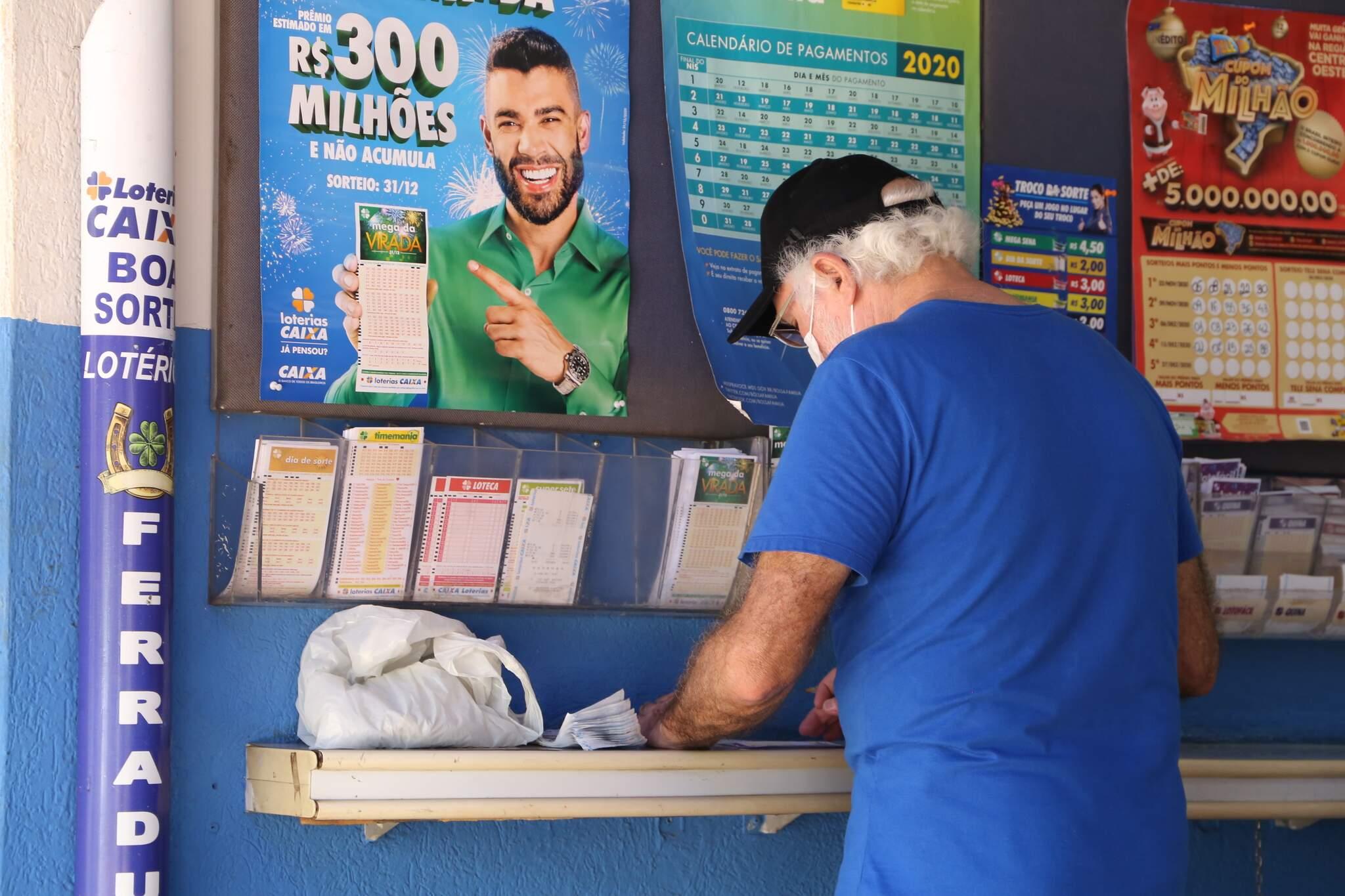 Apostador marcando as dezenas da sorte em lotérica da Capital. (Foto: Kisie Ainoã)