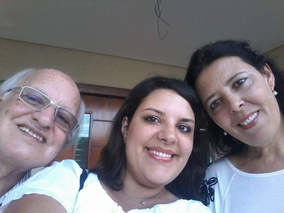 Karen entre os pais (Foto: Arquivo Pessoal)