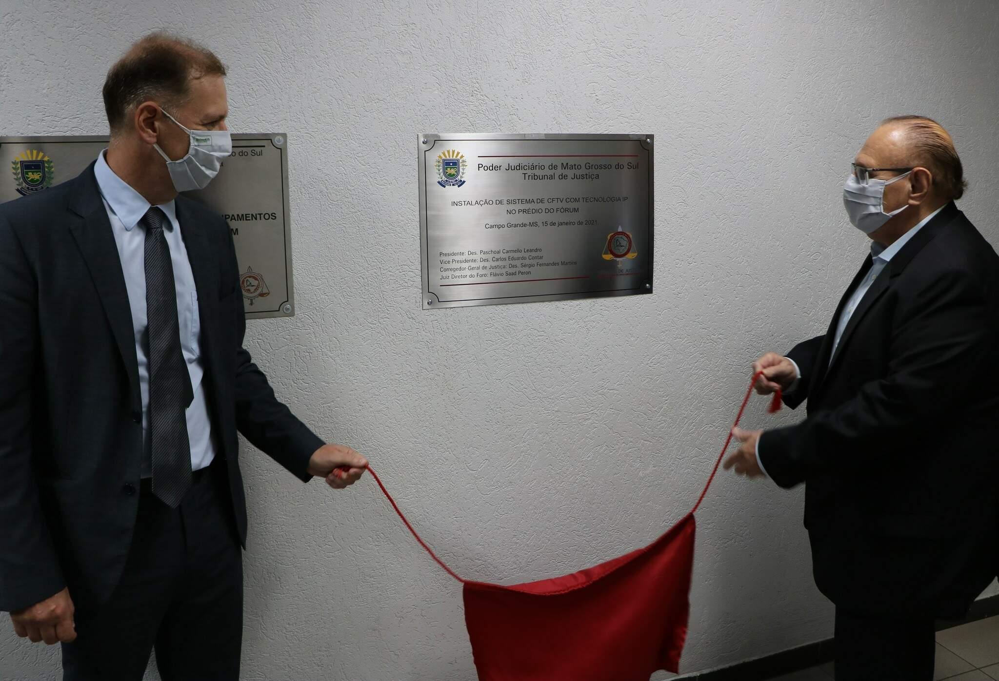 Descerramento de placa marcou inauguração de novo sistema de vigilância por câmeras no Fórum. (Foto: Divulgação)