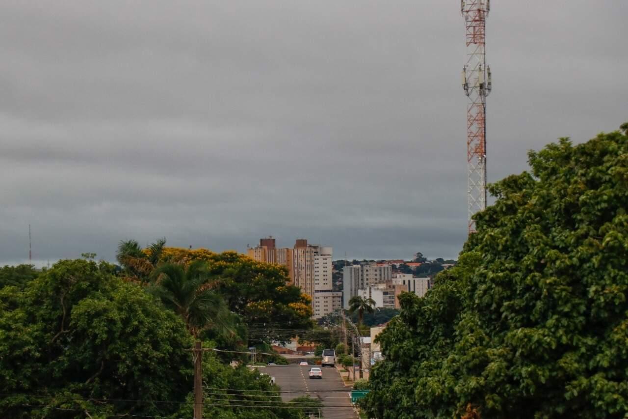 Na Capital, céu amanheceu nublado com temperatura mínima de 22°C. (Foto: Henrique Kawaminami)