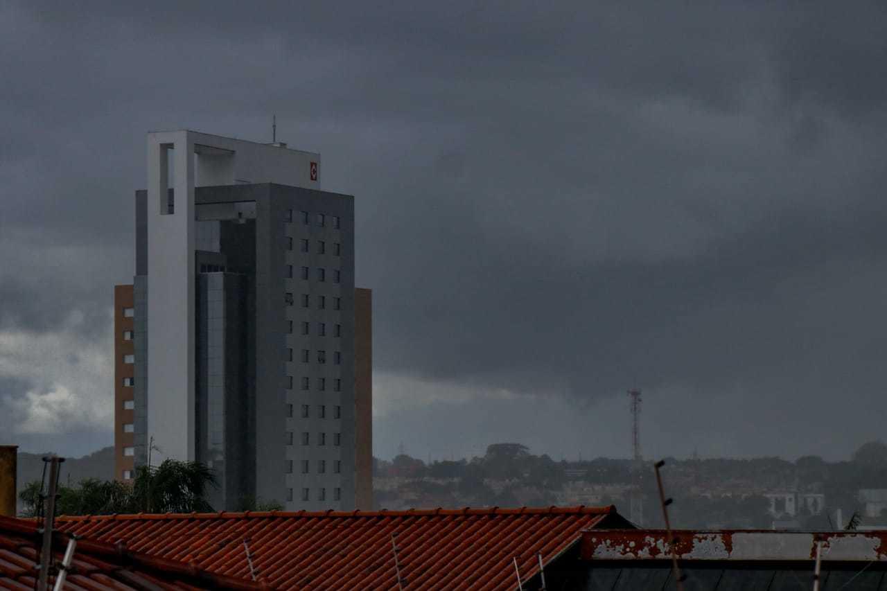 Tempo chuvoso em Campo Grande na tarde deste sábado (16). (Foto: Henrique Kawaminami)