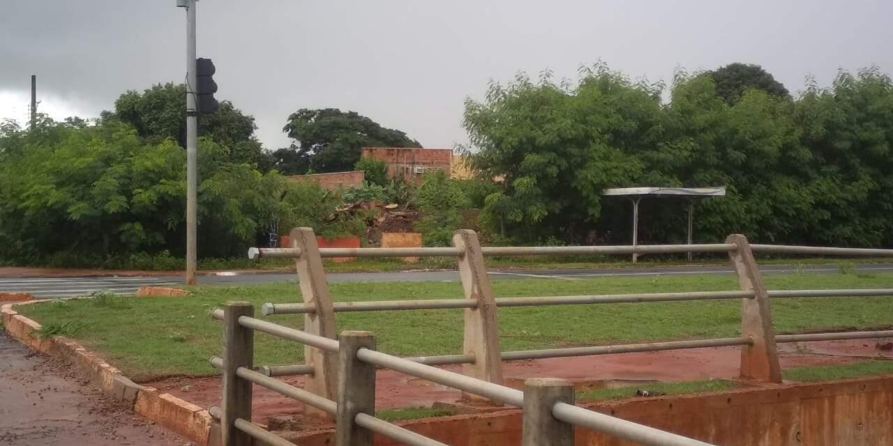 Local tem ponto de ônibus utilizado por moradores da região (Foto: Direto das Ruas)