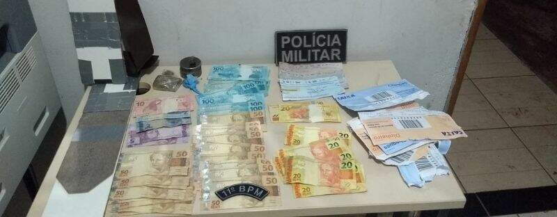 Dinheiro retirado de caixa eletrônico por grupo. (Foto: Divulgação/Polícia Militar)