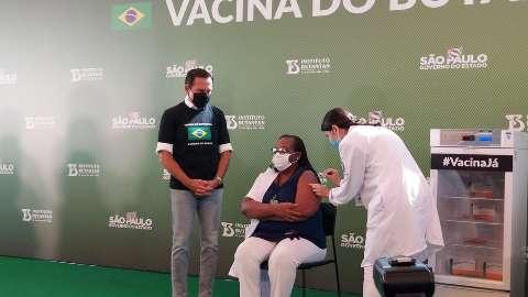 Enfermeira de SP é a primeira a receber vacina contra covid no Brasil