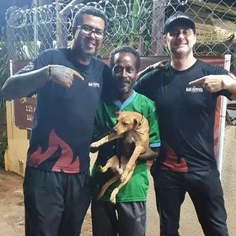Morador de rua conhecido por amor a cão devolve carteira com R$ 680
