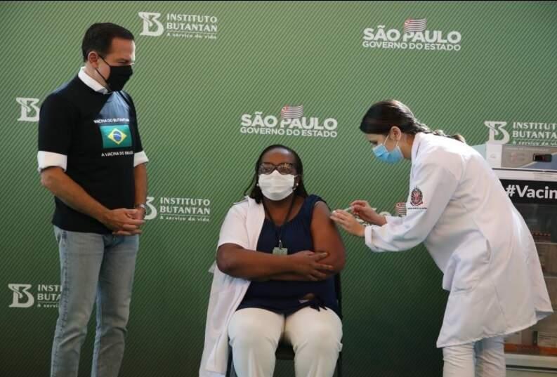 Mônica Calazans, enfermeira em São Paulo, a 1ª a ser vacinada contra covid no Brasil (Foto/Divulgação: governo de SP)
