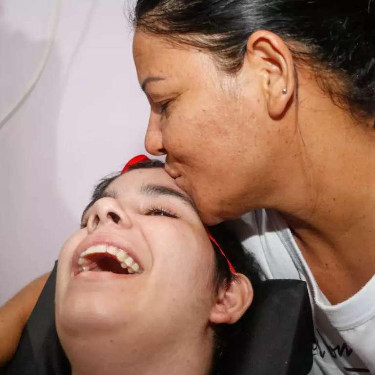 Sem desistir do amor, há 1 ano mãe vê filha perder fala e movimentos