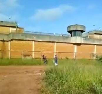 Vídeo mostra dupla arremessando drogas e celular para dentro de presídio