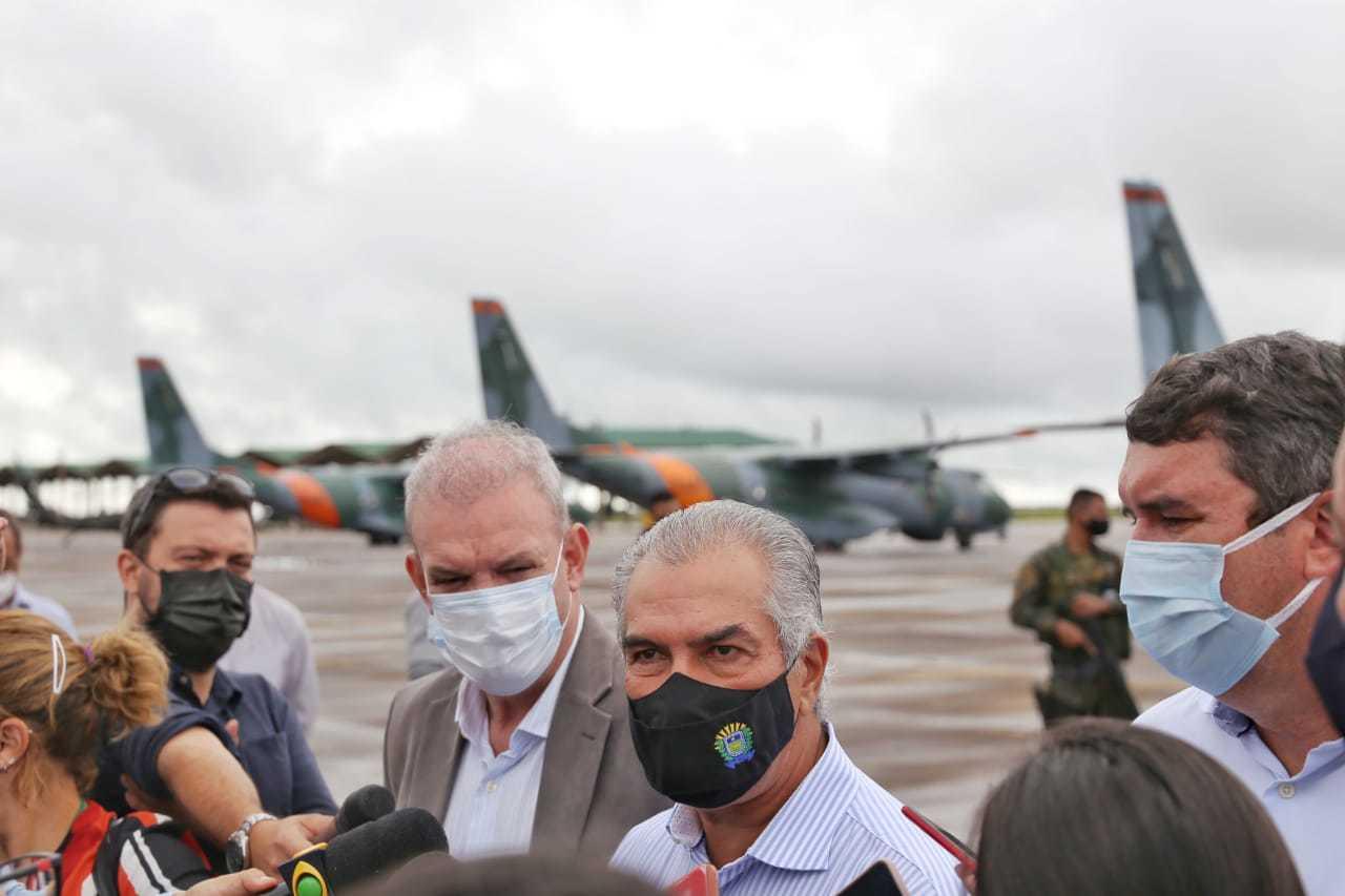 Governador Reinaldo Azambuja concedeu entrevista na chegada da vacina à Campo Grande, na pista da Base Aérea (Foto: Paulo Francis)