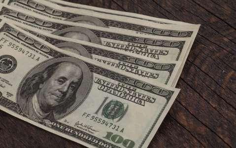 Dólar chega a cair com vacina e fluxo, mas encerra dia estável a R$ 5,30