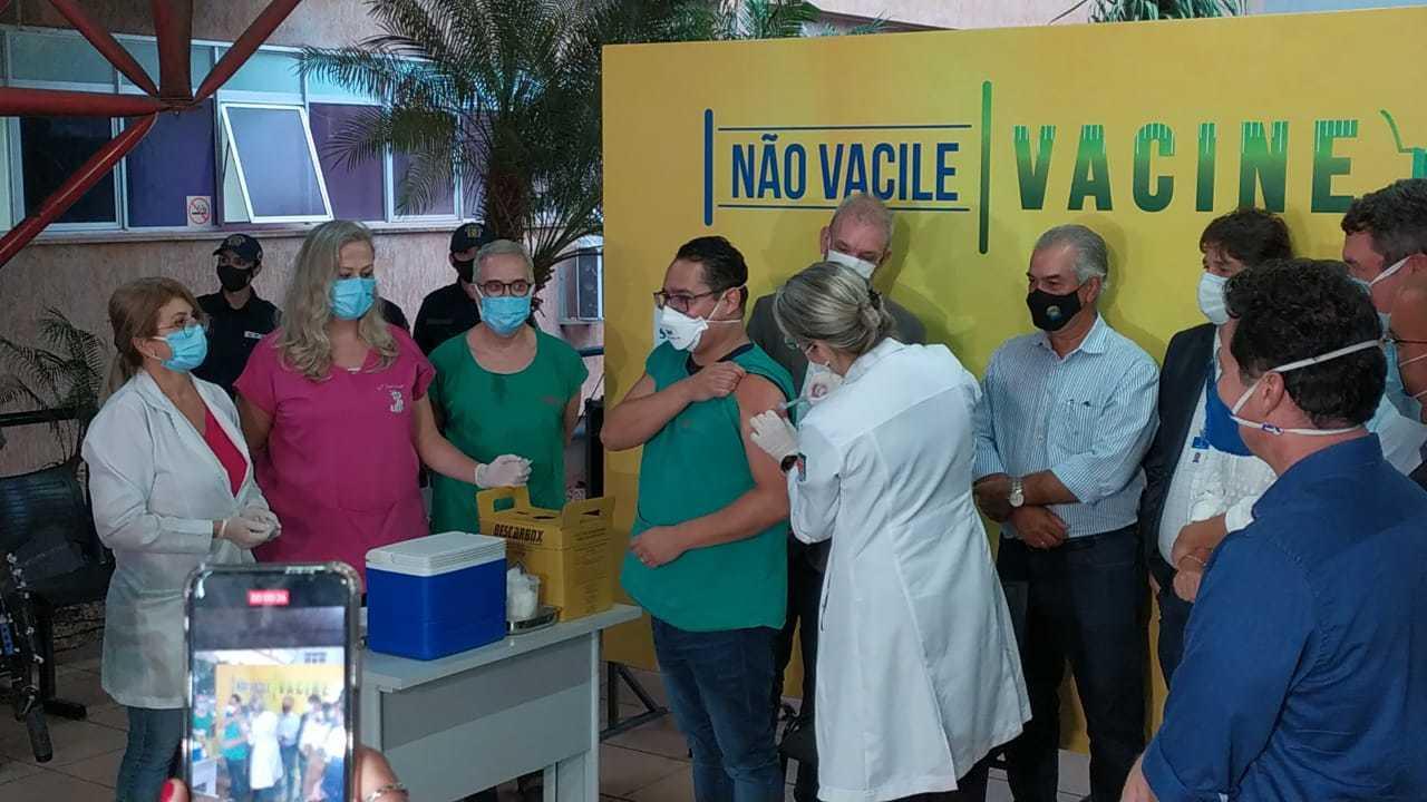 Márcio ao ser vacinado; ele foi o terceiro de MS a receber a dose (Foto: Silas Lima)