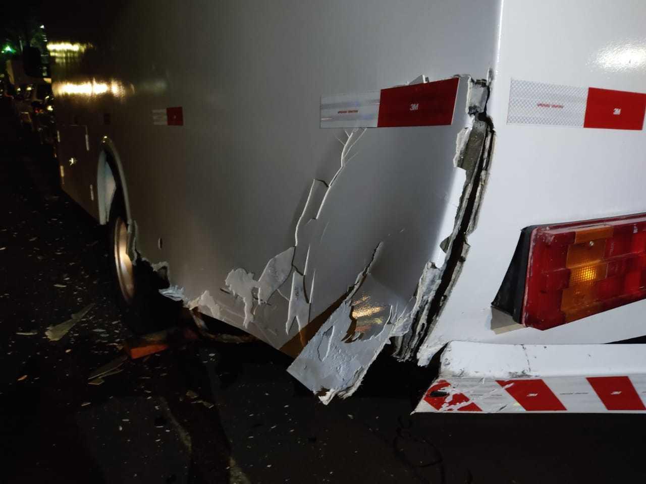Caminhão que estava estacionado em avenida foi atingido por carro de PM bêbado. (Foto: Direto das Ruas)