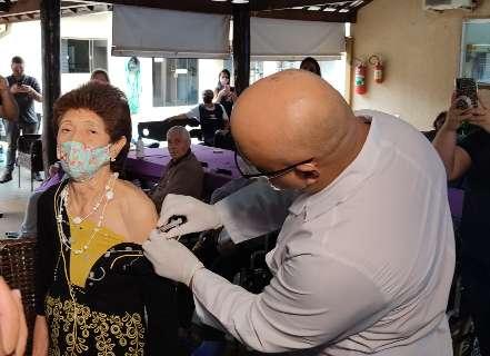 Vacina chega antes da morte pela covid em asilo com 31 idosos