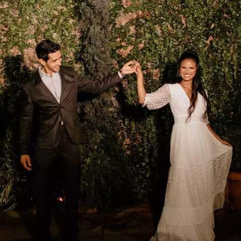 Casamento teve tradição de brincos e vestido que veio das amigas