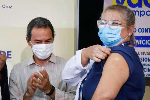 Enfermeira é primeira vacinada contra covid em posto de saúde de Campo Grande