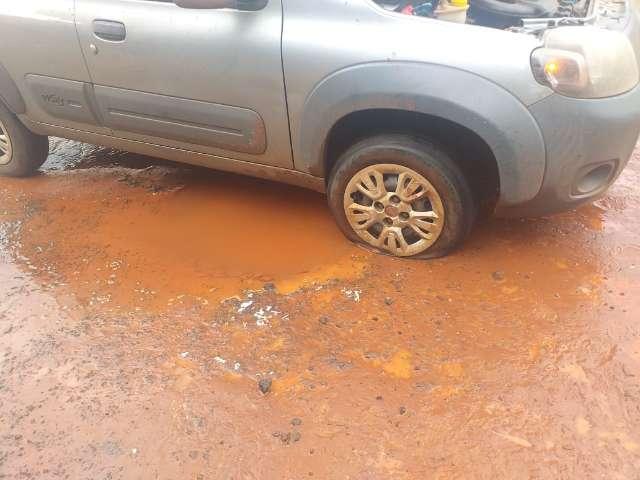 Buraco coberto de água provoca estrago em veículo na Vila Carvalho