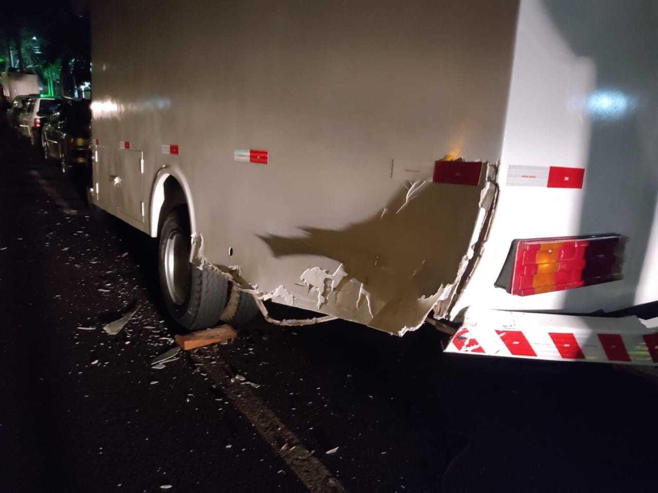 Caminhão atingido por carro de policial bêbado. (Foto: Direto das Ruas)